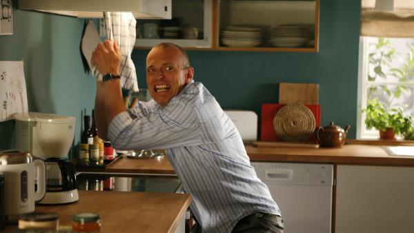 Pa (Niels Olsen) setzt sich mit der saugenden Dunstabzugshaube auseinander. | Rechte: KiKA/Ilse Schoutteten
