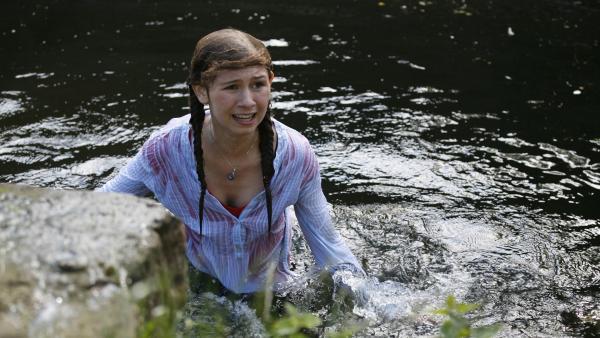 Mie (Kathrine Bremerskov Kaysen)  ist im Wasserbecken des Löwengeheges gelandet und leicht panisch. | Rechte: KiKA/Ilse Schoutteten