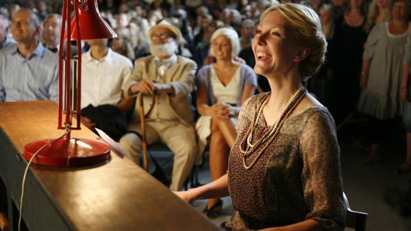 Lehrerin Fräulein Suhr (Ditte Hansen) als Pianistin beim Wikingerspiel. | Rechte: KiKA/Ilse Schoutteten