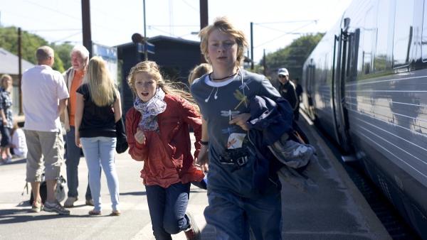 Karla und Jonas fliehen vor unerwarteten Reiseschwierigkeiten. | Rechte: KiKA/BjørnBertheussen