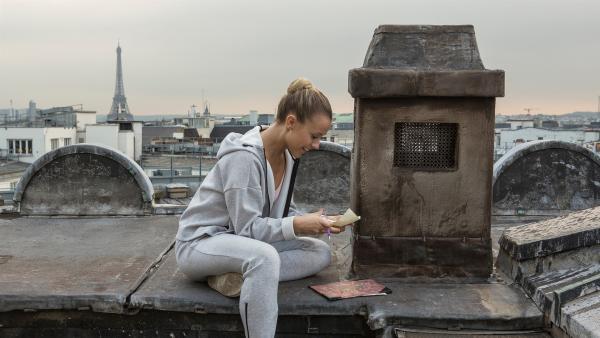 Über einen stillgelegten Schornstein der Opéra Garnier in Paris schreiben sich Lena (Jessica Lord) und ihr Freund Henri Briefe, die durch die Zeiten reisen. Denn Lena ist vom Jahr 1905 in das Jahr 2018 katapultiert worden und der Schornstein ist ihr einziger Weg, um miteinander zu kommunizieren. | Rechte: ZDF/Thibault Grabherr