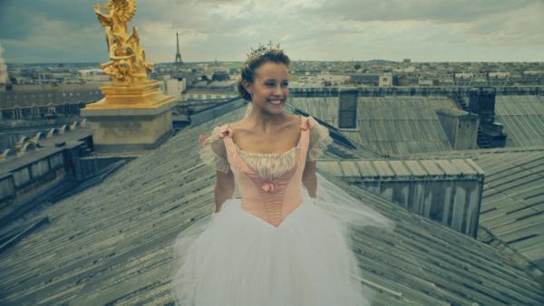 Lena (Jessica Lord) ist glücklich. Heute Abend wird sie ein großes Solo auf der Bühne der Opéra Garnier tanzen.   Rechte: ZDF/Cottonwood Media 2018