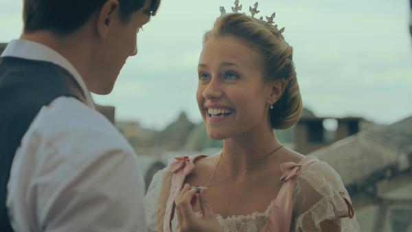 Lena (Jessica Lord) hat von ihrem Freund Henri eine Kette mit einem wunderschönen Anhänger geschenkt bekommen. Überglücklich bedankt sie sich für diesen Talisman, der ihr bei ihrem Solo am Abend Glück bringen soll. | Rechte: ZDF/Cottonwood Media 2018
