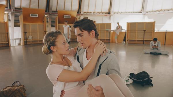 Max (Rory J. Saper) hat Lena (Jessica Lord) aufgefangen, sonst wäre sie gestürzt. Max scheint ihr zu gefallen. | Rechte: ZDF/Cottonwood Media 2018