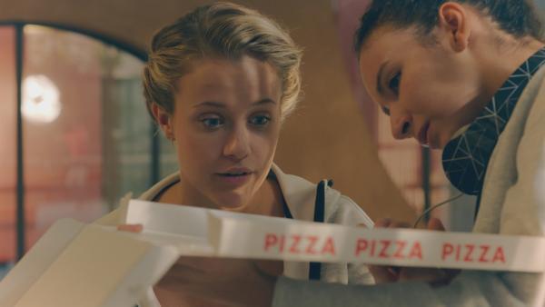 Lena (Jessica Lord, li.) entdeckt immer wieder neue Dinge in der modernen Welt. Sie isst zusammen mit Ines (Eubha Akilade, re.) zum ersten Mal Pizza!  | Rechte: ZDF/Cottonwood Media 2018