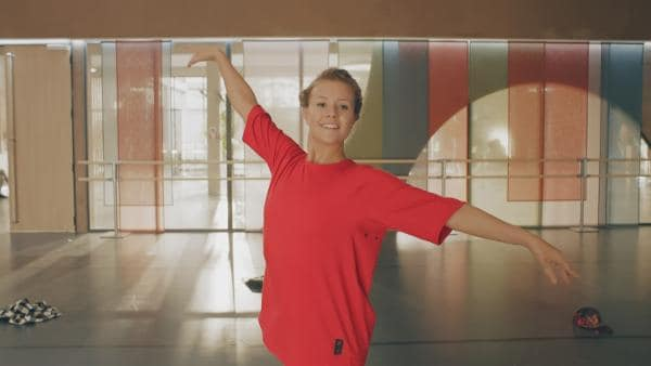 Lena (Jessica Lord) beginnt langsam die Welt von 2018 zu verstehen. Ihre neue Freundin Ines hat ihr moderne Kleidung geliehen, und auch die neuen Tanzstile begeistern sie. | Rechte: ZDF/Cottonwood Media 2018