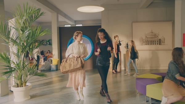 Ines (re. Eubha Akilade) hilft Lena (li. Jessica Lord) durch den ungewohnten und harten Schulalltag in der Ballettschule des Jahres 2018 zu kommen.   Rechte: ZDF/Cottonwood Media 2018