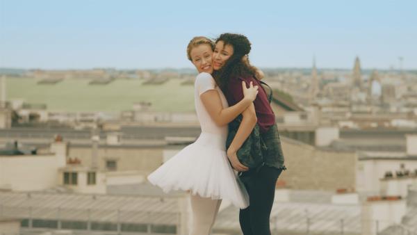 Lena (li. Jessica Lord) ist begeistert, eine so gute Freundin wie Ines (re. Eubha Akilade) gefunden zu haben. Ines ist in das Geheimnis der Zeitreise eingeweiht und ermuntert Lena, ihre Erlebnisse in der modernen Welt in einem Videotagebuch festzuhalten. | Rechte: ZDF/Cottonwood Media 2018