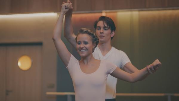 Nach anfänglichen Schwierigkeiten gelingt es Lena (Jessica Lord) und Max (Rory J. Saper), miteinander den Pas de deux zu tanzen. | Rechte: ZDF/Cottonwood Media 2018