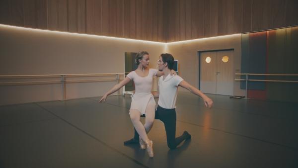 Lena (Jessica Lord) und Max (Rory J. Saper) freuen sich über ihren gelungen Pas de deux. | Rechte: ZDF/Cottonwood Media 2018