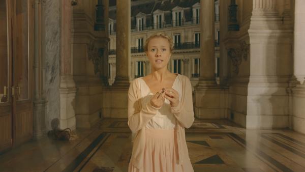 Lena (Jessica Lord) muss sich entscheiden: Mit dem Zeitreise-Anhänger könnte sie die Zeitsammler zurück ins Jahr 1905 schicken. Aber was passiert mit ihrem Freund Henri?   Rechte: ZDF/Cottonwood Media 2018