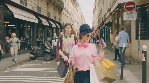 Lena (Jessica Lord) hat Jeff (Castle Rock Peters)  überredet, mit ihr zusammen einen Spaziergang durch das moderne Paris zu machen und dabei mit ihr einkaufen zu gehen. | Rechte: ZDF/Cottonwood Media 2018