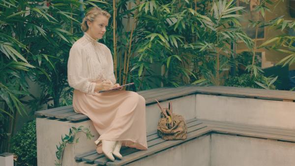 Lena (Jessica Lord) fühlt sich an der Ballettschule im Jahr 2018 immer noch fremd. Und sie vermisst ihren Freund Henri. | Rechte: ZDF/Cottonwood Media 2018