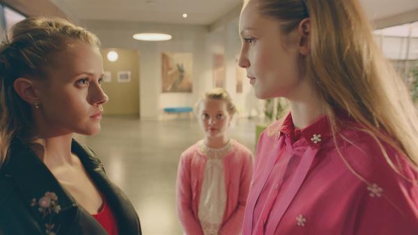 Violette (Katie Louise Hillyer, Mi.) kann sich nicht entscheiden, ob sie lieber Lena (Jessica Lord, li.) oder Thea (Hannah Dodd, re.) als Mentorin haben möchte. Zwischen den beiden entbrennt ein harter Konkurrenzkampf um die Gunst von Violette.   Rechte: ZDF/Cottonwood Media 2018