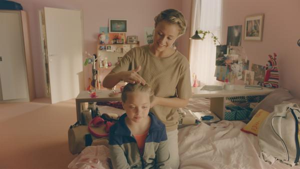 Lena (Jessica Lord) frisiert Violettes (Katie Louise Hillyer) Haar ganz im Stil eines Knotens von 1905. | Rechte: ZDF/Cottonwood Media 2018