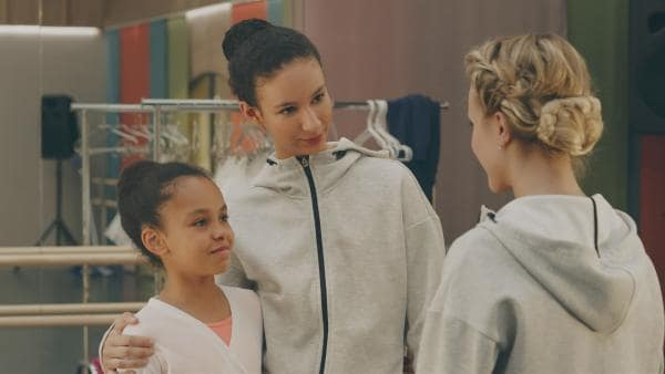 Es ist Tradition an der Ballettschule in Paris, dass sich jüngere Ballettschülerinnen eine Mentorin aussuchen. Lena (Jessica Lord, re.) hofft, dass sie ebenso wie Ines (Eubha Akilade, Mi.)  angesprochen wird. | Rechte: ZDF/Cottonwood Media 2018