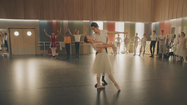 """Lena (Jessica Lord) soll mit Max (Rory J. Saper) in dem Ballettstück """"La Fee"""" tanzen. Doch in den Proben versagt sie kläglich.   Rechte: ZDF/Cottonwood Media 2018"""