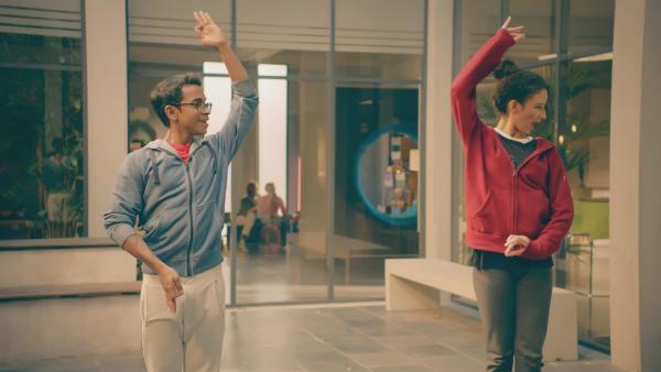 Dash (Hiran Abeysekera) und Ines (Eubha Akilade) studieren einen Tanz ein, der Bollywood-Tanzelemente mit klassischen Elementen verbindet. Dash hat das als Kind bei seiner Großmutter gelernt.   Rechte: ZDF/Cottonwood Media 2018