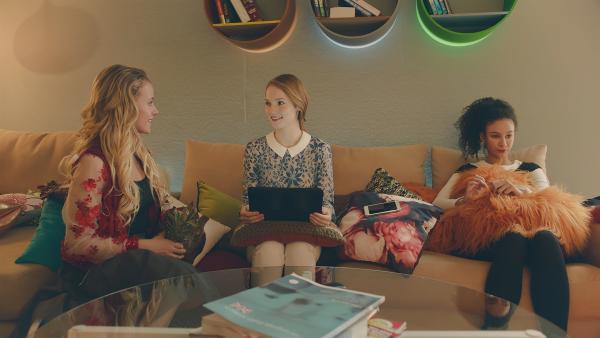 Lena (l. Jessica Lord)  und Thea (M. Hannah Dodd) stellen erstaunt fest, dass sie einige gemeinsame Interessen haben. Ines (r. Eubha Akilade) hält nichts von dieser neuen Nähe zwischen den beiden.   Rechte: ZDF/Cottonwood Media 2018
