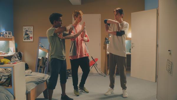 Dash (l. Hiran Abeysekera), Jeff (M. Castle Rock Peters) und Max (r. Rory J. Saper) probieren neue Bewegungen für ihre Hip-Hop-Tänze aus. | Rechte: ZDF/Cottonwood Media 2018