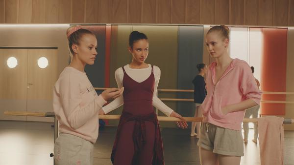 Lena (l. Jessica Lord), Ines (M. Eubha Akilade) und Thea (r. Hannah Dodd) werden für die Einstudierung eines Trios in eine Gruppe eingeteilt. Die Begeisterung ist nicht groß. | Rechte: ZDF/Cottonwood Media 2018