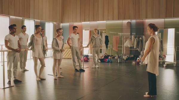 Die Auswahl-Proben für die große Ballett-Aufführung zur Mitte des Schuljahres haben begonnen. Die Direktorin, Madame Carré (r. Katherine Erhardy), ermahnt alle, ihr bestes zu geben. (1. Reihe: Dash (Hiran Abeysekera), Ines (Eubha Akilade), Lena (Jessica Lord), Max (Rory J. Saper) und Jeff (Castle Rock Peters)). | Rechte: ZDF/Cottonwood Media 2018