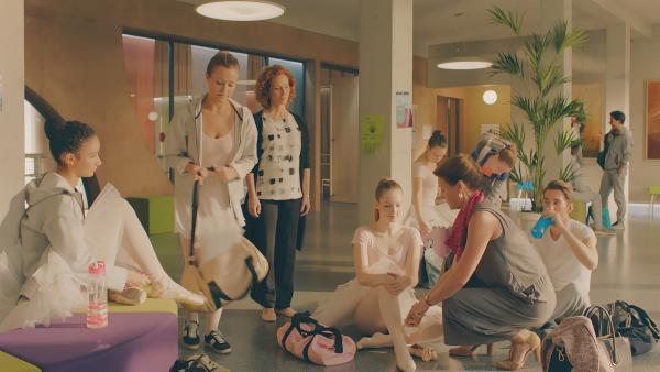 Theas Mutter (2. v. r. Dianne Weller) ist zu Besuch und weicht Thea (4. v. l. Hannah Dodd) nicht mehr von der Seite. Selbst die Schuhe darf sie sich nicht mehr selber anziehen. Thea ist dadurch völlig durcheinander.  (Ines (Eubha Akilade), Lena (Jessica Lord), Madame Carrè (Katherine Erhardy). | Rechte: ZDF/Cottonwood Media 2018