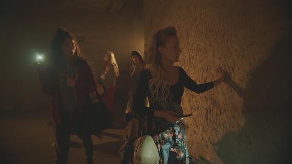 Die Tänzer der geheimen BLOK-Tanzgruppe haben sich aus Versehen in den Kellergewölben eingeschlossen. Fieberhaft suchen sie nach einem anderen Ausgang. (Hinten l: Thea (Hannah Dodd), Jeff (Castle Rock Peters), vorne l. Ines (Eubha Akilade) und Lena (Jessica Lord). | Rechte: ZDF/Cottonwood Media 2018