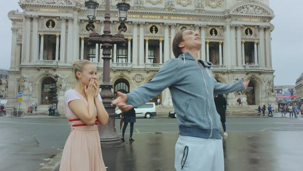 Max (Rory J. Saper) weiht Lena (Jessica Lord) in seine Chill-Methode ein. Bei einem Spaziergang durch Paris soll sie das Lampenfieber vergessen.   Rechte: ZDF/Cottonwood Media 2018