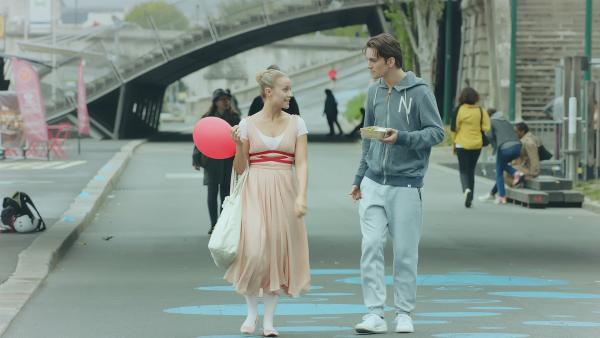 Lena (Jessica Lord) und Max (Rory J. Saper) spazieren entspannt durch Paris. Lena möchte so ihr Lampenfieber loswerden. | Rechte: ZDF/Cottonwood Media 2018