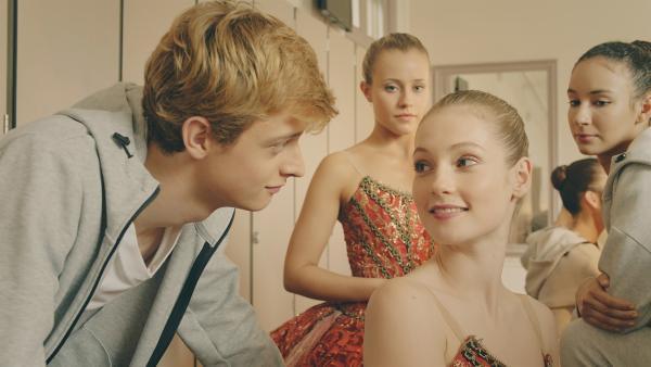 Jeff (Castle Rock Peters) wundert sich, das Thea (r. Hannah Dodd) so fröhlich ist, obwohl sie die von ihr begehrte Rolle nicht bekommen hat. Lena (Hinten l. Jessica Lord) und Ines (Hinten r. Eubha Akilade) sind ebenfalls irritiert. | Rechte: ZDF/Cottonwood Media 2018