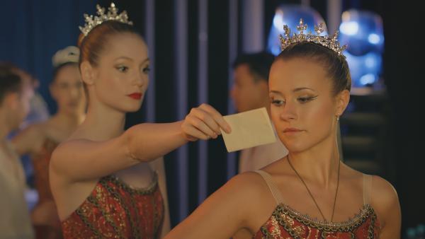 Thea (l. Hannah Dodd) überreicht Lena (r. Jessica Lord) einen Brief von Henri. | Rechte: ZDF/Cottonwood Media 2018