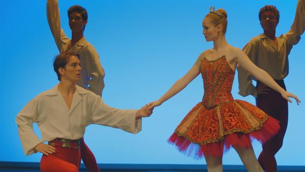 Theas (r. Hannah Dodd) Plan ist aufgegangen, sie tanzt die Rolle, die eigentlich Lena hätte tanzen sollen. (Vorne l: Max (Rory J. Saper). | Rechte: ZDF/Cottonwood Media 2018