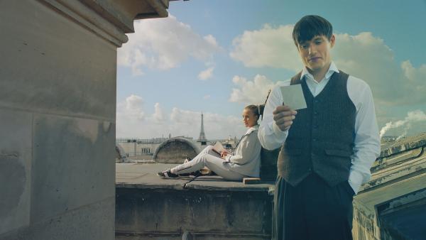 Lena (Jessica Lord, l.) und Henri (Christy O'Donnell, r.) haben entdeckt, dass sie dank des Schornsteins direkt miteinander kommunizieren können, wenn sie beide auf dem Dach der Oper sind. | Rechte: ZDF/Cottonwood Media 2018