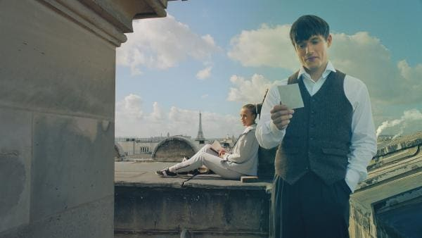 Lena (Jessica Lord, l.) und Henri (Christy O'Donnell, r.) haben entdeckt, dass sie dank des Schornsteins direkt miteinander kommunizieren können, wenn sie beide auf dem Dach der Oper sind.   Rechte: ZDF/Cottonwood Media 2018