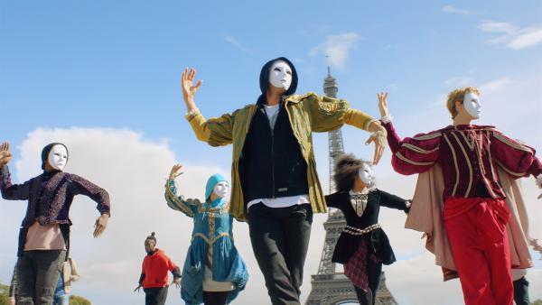 Die geheime Untergrund-Tanzgrupp BLOK führt in der Nähe des Eiffelturms bei einem Flashmob eines ihrer neuen Stücke auf. Um weiterhin unerkannt zu bleiben, tragen die Freunde dabei Masken.   Rechte: ZDF/Cottonwood Media 2018