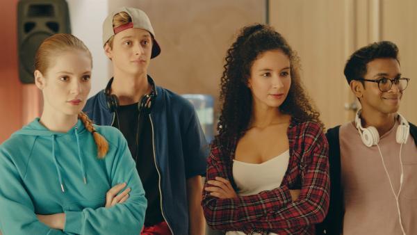 Thea (v.l.) (Hannah Dodd), Jeff (Castle Rock Peters), Ines (Eubha Akilade) und Dash sind begeistert von Lenas modern interpretierter Barock-Choreographie. Sie beschließen, das Stück in einem Flashmob aufzuführen.   Rechte: ZDF/Cottonwood Media 2018
