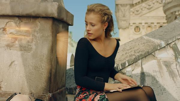 Lena (Jessica Lord) wartet am Schornstein auf dem Dach der Pariser Oper auf einen Brief von Henri, der im Jahr 1905 fest sitzt und nicht zu ihr kommen kann.   Rechte: ZDF/Cottonwood Media 2018