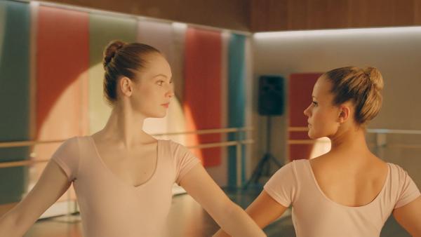 Lena (Jessica Lord, r.) ist immer noch wütend auf Thea (Hannah Dodd,l.). Sie will sich revanchieren und plant, Thea hereinzulegen und öffentlich zu blamieren. | Rechte: ZDF/Cottonwood Media 2018