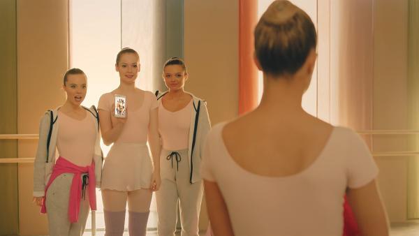 Thea (Hannah Dodd, Hintergrund M.) und ihre Freundinnen Bree (Chloé Fox. Hintergrund l.) und Kennedy (Caitlin Rose Lacey, Hintergrund r.) zeigen Lena (Jessica Lord, v. h.), dass die Bloggerin LavD sie persönlich in der Pariser Ballettschule besuchen will. | Rechte: ZDF/Cottonwood Media 2018