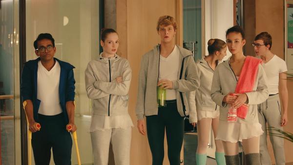 Ein neuer Choreograph ist an die Ballettschule der Pariser Oper gekommen, um mit den Tanzschülern ein neues Stück einzustudieren. Dash (Hiran Abeysekera, v. l.), Thea (Hannah Dodd), Jeff (Castle Rock Peters) und Ines (Eubha Akilade) sind erstaunt, wie heftig Max den Choreographen ablehnt.   Rechte: ZDF/Cottonwood Media 2018