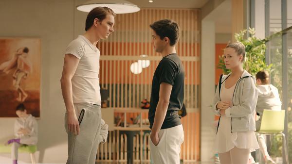 Max (Rory J. Saper, l.) befürchtet, dass sein Bruder Reuben (Manuel Pacific, M.), zu dem er ein schlechtes, von Eifersucht geprägtes Verhältnis hat, den BLOK verraten könnte. Lena (r. Jessica Lord) verfolgt gespannt das Gespräch. Auch sie hat Angst, dass die geheime Tanzgruppe auffliegt und sie alle der Schule verwiesen werden könnten.   Rechte: ZDF/Cottonwood Media 2018