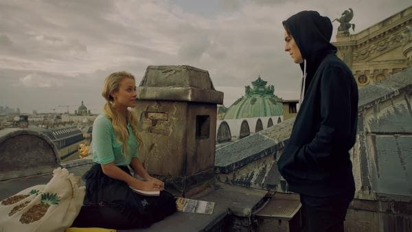 Lena (Jessica Lord, l.) ist verunsichert. Sie fühlt sich zu Max (Rory J. Saper, r.) hingezogen, fühlt sich aber auch ihrem Freund Henri, mit dem sie in engem Briefkontakt ist, eng verbunden. Und sie kann Max nichts von ihrem Geheimnis verraten. Max ist enttäuscht, denn er spürt, dass Lena etwas vor ihm verbirgt. | Rechte: ZDF/Cottonwood Media 2018