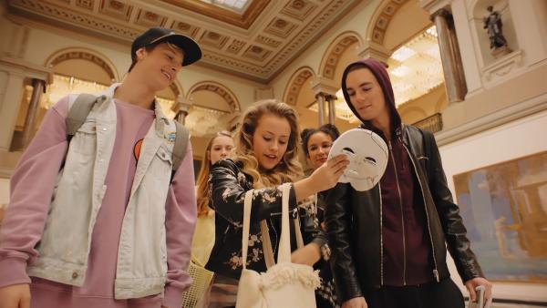 Lena (Jessica Lord, M.) packt im Museum die Masken für ihre Freunde Jeff (Castle Rock Peters. l.), Thea (Hanna Dodd, 2.Re.l.), Ines (Eubha Akilade, 2.Re.r.) und Max (Rory J. Saper, r.) aus. Sie wollen mit ihrer Underground-Tanzgruppe zwischen den Kunstwerken ein Video aufnehmen und damit an einem Hip-Hop-Wettbewerb teilnehmen. | Rechte: ZDF/Cottonwood Media 2018