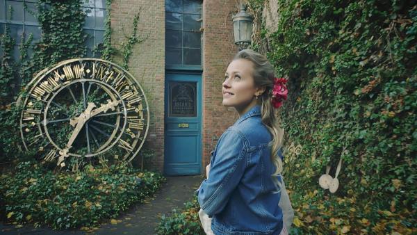 Lena (Jessica Lord) hat im Internet einen Hinweis auf den Laden von Oscar gefunden und sich sofort auf den Weg gemacht. In einem verwunschenen Hinterhof findet sie die Werkstatt des Uhrenmachers. Sie hofft, von Oscar etwas über ihre Mutter zu erfahren. | Rechte: ZDF/Cottonwood Media 2018