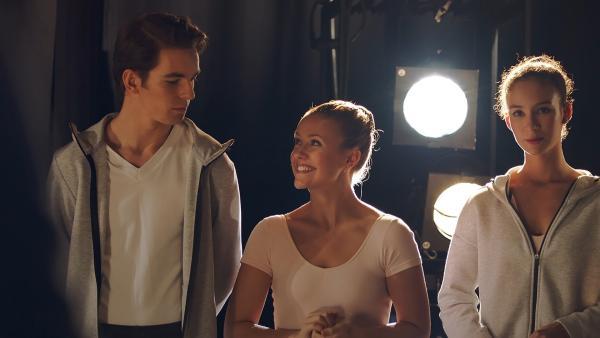 Lena (Jessica Lord, M.) ist glücklich. Sie wurde zusammen mit Max (Rory J. Saper, l.) für eine Hauptrolle in der großen Gala zum Ende des Schuljahres ausgewählt. Ines (Eubha Akilade, r.) dagegen ist enttäuscht, sie hat kein Solo bekommen. | Rechte: ZDF/Cottonwood Media 2018