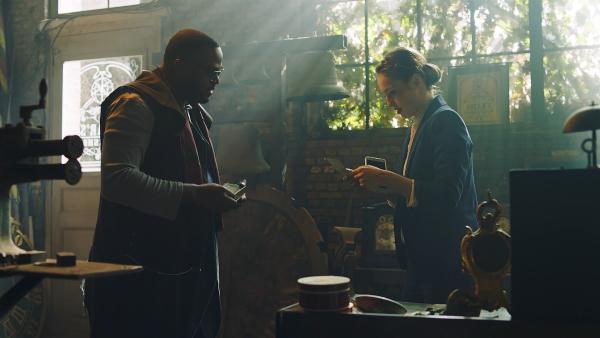 Thea (Hannah Dodd, r.) hat sich bei Oscar für Lena ausgegeben und hält nun aufgeregt einen Brief von Lenas Mutter in ihren Händen. Endlich hat Thea den Beweis, dass Lena eine Zeitreisende ist. | Rechte: ZDF/Cottonwood Media 2018