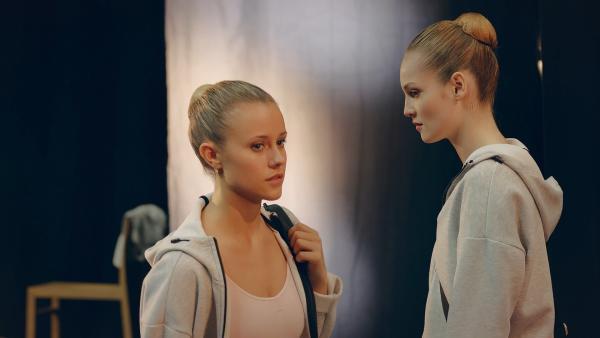 Thea (Hannah Dodd, r.) ist enttäuscht, dass Lena (Jessica Lord, l.) mit Max den Pas de deux tanzen darf und nicht sie. Außerdem vermutet sie, dass Lena ein Geheimnis hat und möchte dieses unbedingt herausfinden. | Rechte: ZDF/Cottonwood Media 2018