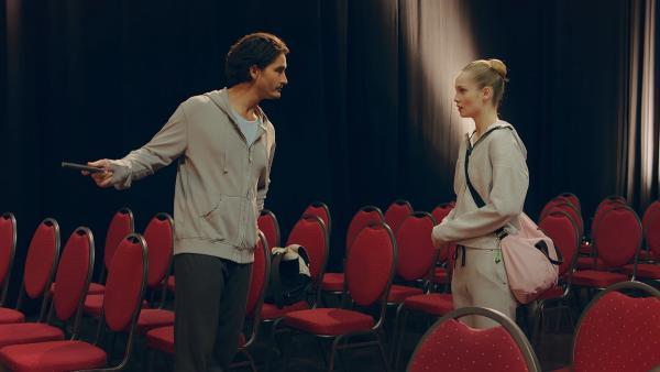Der Choreograph Armando Castillo (Rik Young, l.) ist empört, dass Thea (Hannah Dodd, r.) zu spät zu seiner Probe erscheint. | Rechte: ZDF/Cottonwood Media 2018