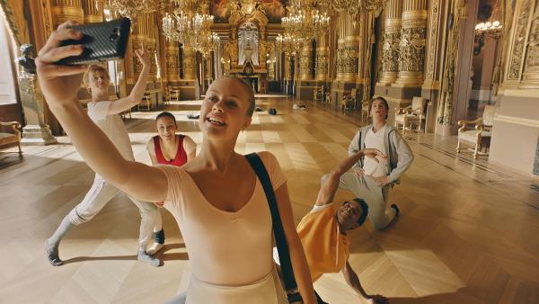 Lena (Jessica Lord, M.vorne) macht ein Selfie von sich und ihren Freunden Jeff (Castle Rock Peters, l.), Ines (Eubha Akilade, 2.v.l.), Dash (Hiran Abeysekera, 2.v.r.) und Max (Rory J. Saper, r.). Es ist der Tag vor der großen Gala und alle sind aufgeregt und freuen sich auf die Aufführung. | Rechte: ZDF/Cottonwood Media 2018